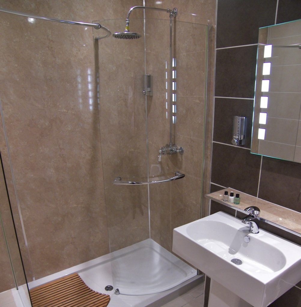 https://www.scottishhotels.co.uk/wp-content/uploads/2020/01/rm-15-bathroom-1002x1024.jpg
